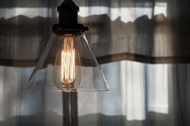 žárovka v lustru