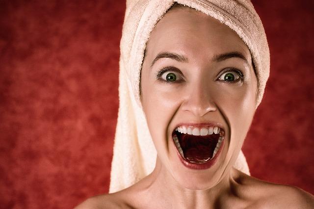 žena s ručníkem na hlavě